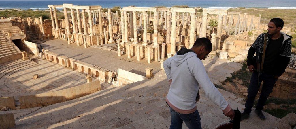 gardes-armes-libyens-surveillent-amphitheatre-ancienne-romaine-Leptis-Magna-18-decembre-2016_1_1400_933